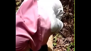 malay jilbab lady unwrapping in the forest - mamihmensml