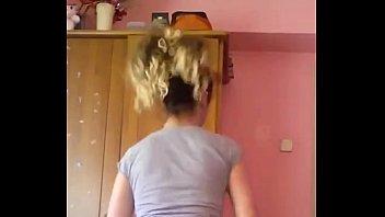 Novinha gostosa dancando com shortinho socado marcando
