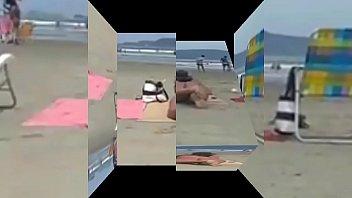 Loira e morena safada topless na praia fazendo topless com biquine fio dental