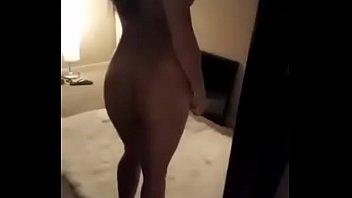 Mi novia puta frente al espejo