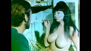 pintor abusa de  modelo jovencita mientras.