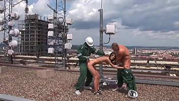 einfach den beiden arbeitern auf dem dach einen.