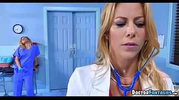 Enfermeira safada fazendo boquete no paciente