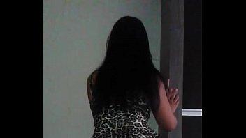 Novinha gostosa dancando de vestindinho mostrando a bunda