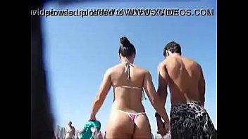 brasilentilde_a de buen arse en tanga por la playa