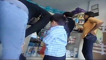 rico culo en jeans en farmacia