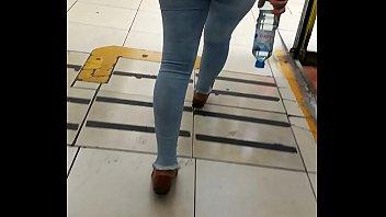 Jovencita caminando r&aacute_pido en jeans